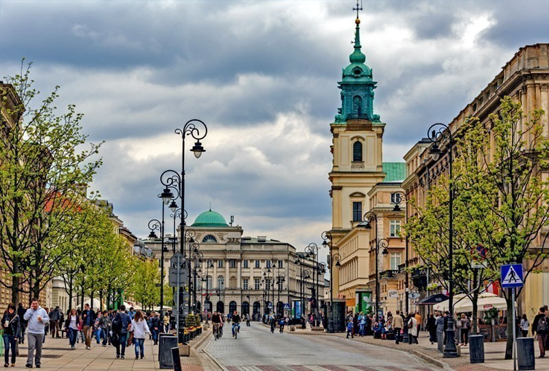 Holy Cross Church built between 1679-1696 in Baroque style and Staszic Palace built between 1820-1823 in the classical style in Warsaw, Poland | 10 of the Cheapest Cities You Must Visit in Europe