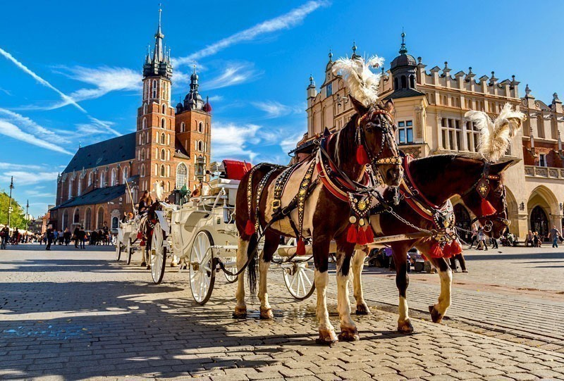 Horse carriages at main square in Krakow in a summer day | 10 of the Cheapest Cities You Must Visit in Europe