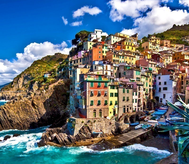 Riomaggiore is one of five famous colorful villages of Cinque Terre in Italy, suspended between sea and land on sheer cliffs. | A visit to the 5 Towns of the Cinque Terre - Discover Italy